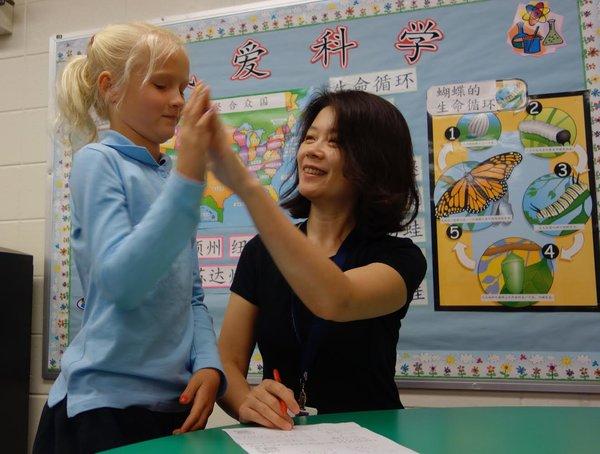 美国公立学校尝试全中文授课,在中西文化中找平衡